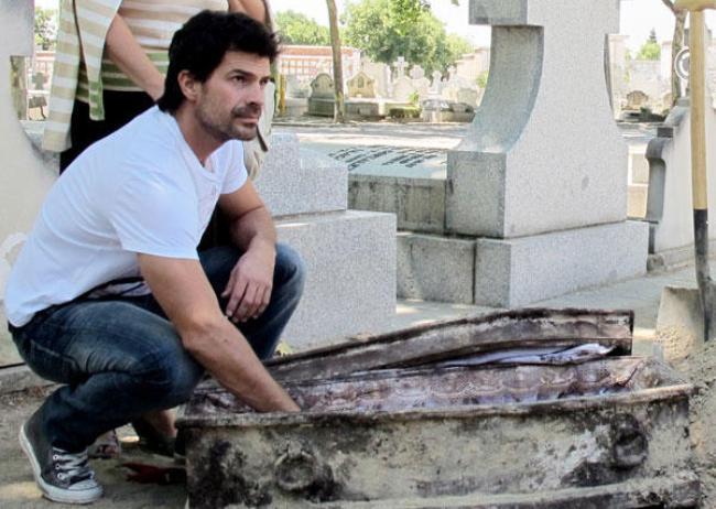Rodolfo Sancho en una escena de Historias robadas en Antena 3. Llega Bebés robados con Rodolfo Sancho y Lara Grube