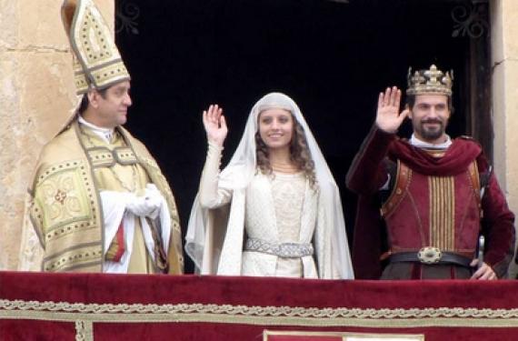Michelle Jenner y Rodolfo Sancho encarnan a Isabel y Fernando que ayer se casaron en la serie de La 1. Isabel vuelve a liderar con su boda y marca récord de audiencia