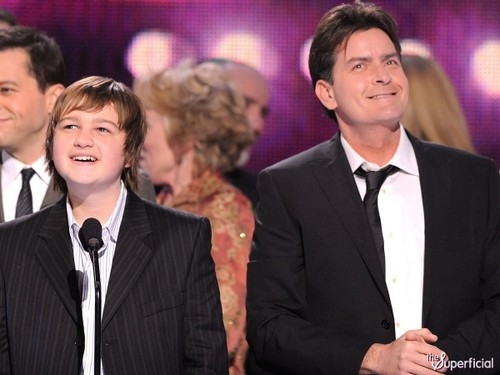 Angus T Jones Copiar Charlie Sheen ofrece un papel a Angus T. Jones en Anger Management