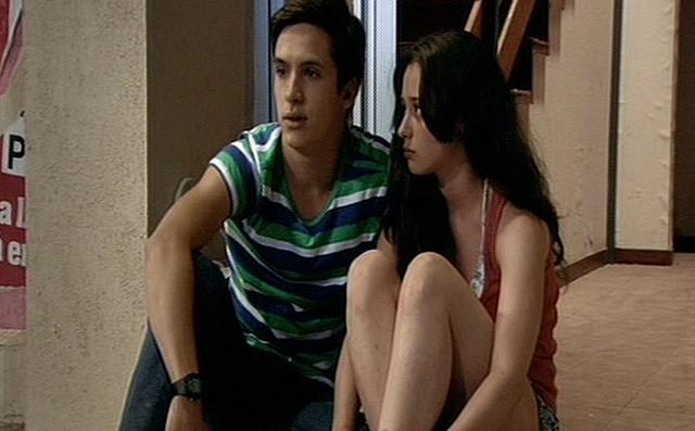 Carlos y Karina en una escena Cu%C3%A9ntame c%C3%B3mo pas%C3%B3.1 Cuéntame cómo pasó, Capítulo 249: 'Un regalo para Karina'
