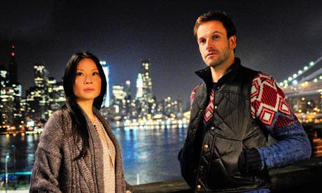 Jonny Lee Miller y Lucy Liu en 'Elementary'.