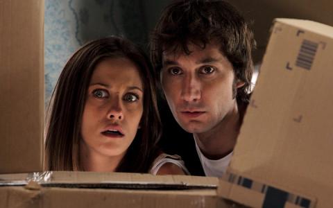 María León y Raúl Fernández en una escena de 'Con el culo al aire'.