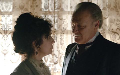 Adriana Ozores y Lluis Homar en una escena de 'Gran Hotel'.