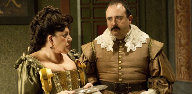 Loles León y Carlos Areces (Sagrario de Castro y Jacobo) en  la serie 'Águila Roja'.