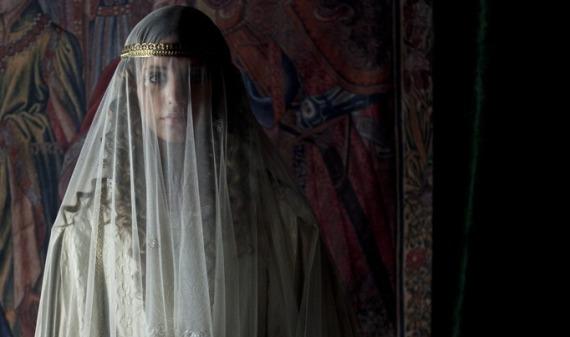 isabel Isabel entra en la Alhambra de Granada