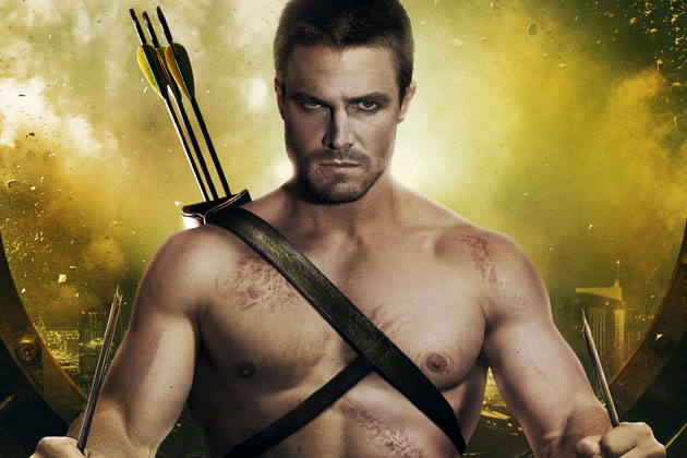 Stephen Amell interpreta Oliver Queen (Flecha verde) en Arrow.