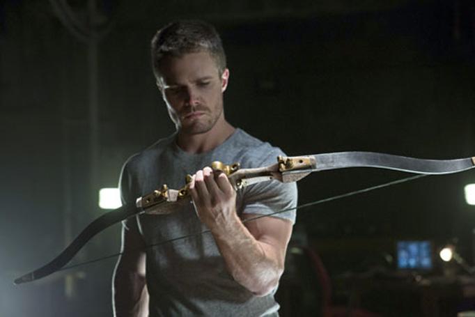 Stephen Amell es Oliver Queen en Arrow.. Arrow 1x09 y 1x10: 'Fin de año' y 'Quemado'