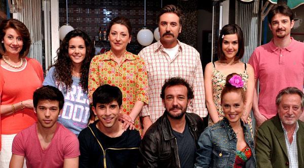 Elenco principal de la serie 'Vive Cantando' con María Castro a la cabeza.