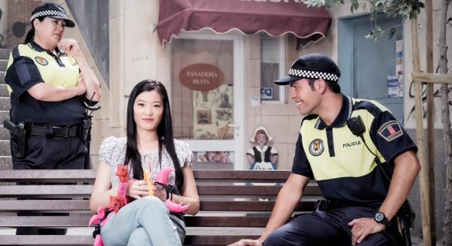 Geli Albaladejo, Juan Fredes y Nancy Yao son policias y vendedora ambulante en 'Vive cantando'.