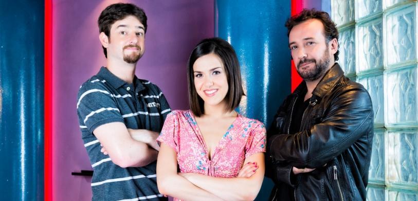 Gorka Otxoa, Roko y José Luis García Pérez en la serie 'Vive cantando'.
