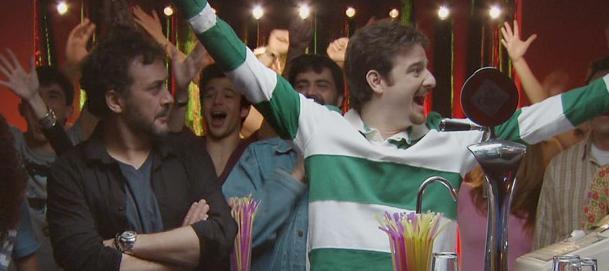 Jos%C3%A9 Luis Garc%C3%ADa P%C3%A9rez y Gorka Otxoa en una escena de la serie Vive cantando. Vive cantando 1x11