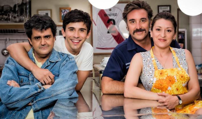 Mariola Fuentes y Javier Cifri%C3%A1n intepretan a una pareja que con la ayuda de sus hijos regenta el bar de Vive cantando. Vive cantando 1x12