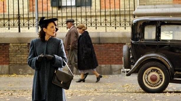 Adriana Ugarte en una escena de la serie de %C3%A9poca El tiempo entre costuras. . El tiempo entre costuras 1x04
