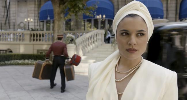 Adriana Ugarte en una escena de la serie 'El tiempo entre costuras'.