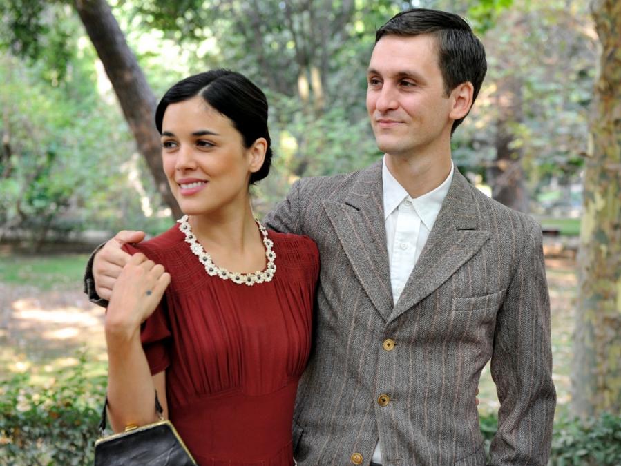Adriana Ugarte y Raúl Arévalo en una escena de la serie 'El tiempo entre costuras'.