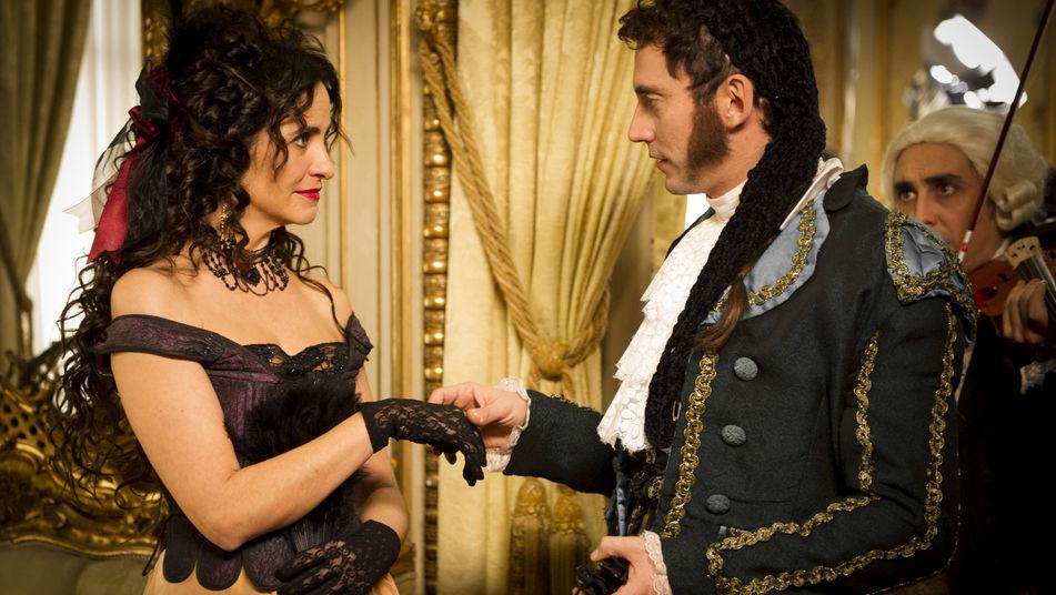 Melanie Olivares junto a Paco León en una escena de 'Aída'.