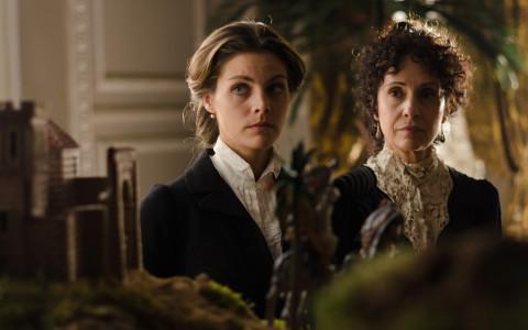 Alicia (Amaya Salamanca) y doña Teresa (Adriana Ozores) guardarán luto en 'Gran Hotel'.