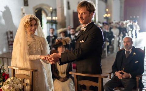 Laura (Marta Hazas) y Javier Alarcón (Eloy Azorín) en 'Gran Hotel'.