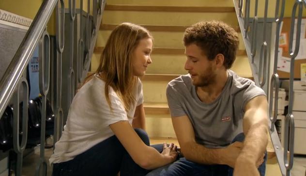 Leire (Lucía Guerrero) y Joel (Álvaro Cervantes) en una escena de 'Luna: el misterio de Calenda'.
