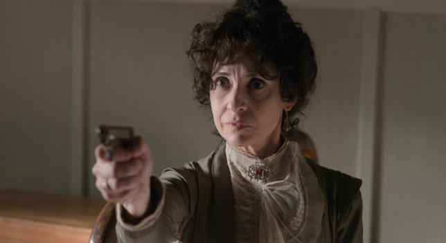 Doña Teresa (Adriana Ozores) en una escena de 'Gran Hotel'.