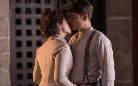 """Sofía (Luz Valdenebro) y el padre Grau (Roger Coma) vuelven a """"pecar"""" en 'Gran Hotel'."""