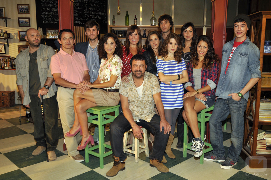 El elenco de la serie de Antena 3 'Con el culo al aire'