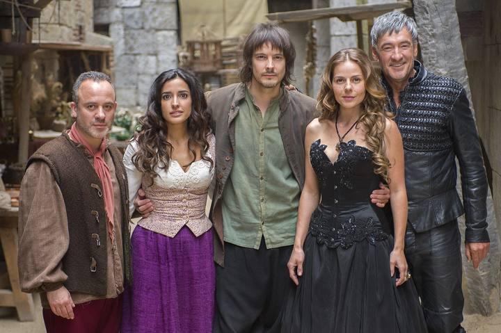 Javier Gutiérrez, Inma Cuesta, David Janer, Myriam Gallego y Francis Lorenzo en la serie 'Águila Roja'.