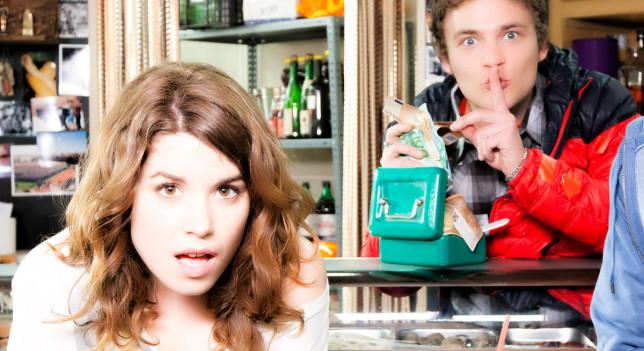 Adam Jezierski es Javi y Henar Jiménez es Dulce en 'Con el culo al aire'.