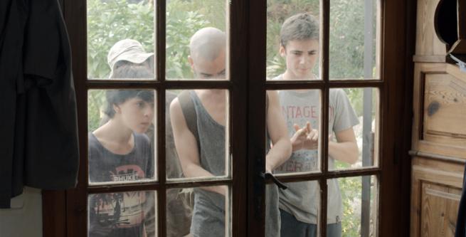 Lleó (Àlex Monner) y los 'Pulseras Rojas' regresan a su casa en Canet de Mar.