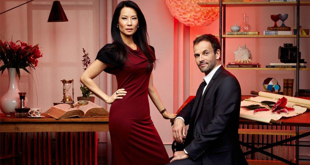 Jonny Lee Miller es Holmes y Lucy Liu es Watson, en 'Elementary'.