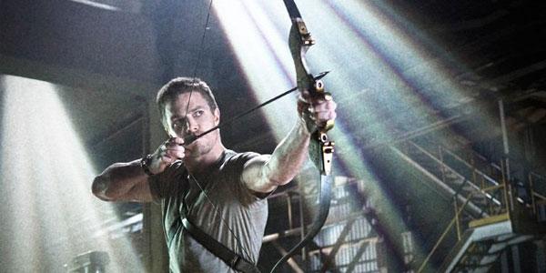 Stephen Amell interpreta Oliver Queen (Flecha verde) en Arrow.