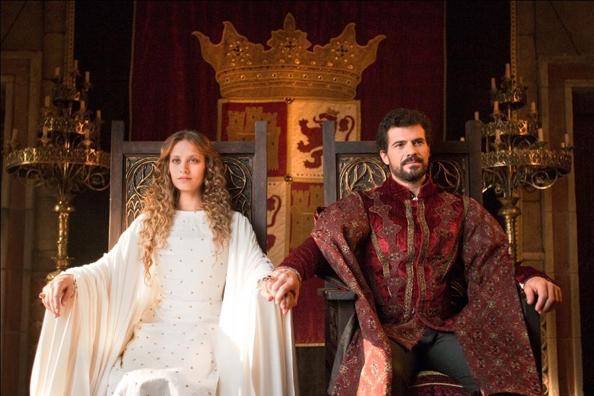 Michelle Jenner y Rodolfo Sancho en la serie de TVE 'Isabel'.