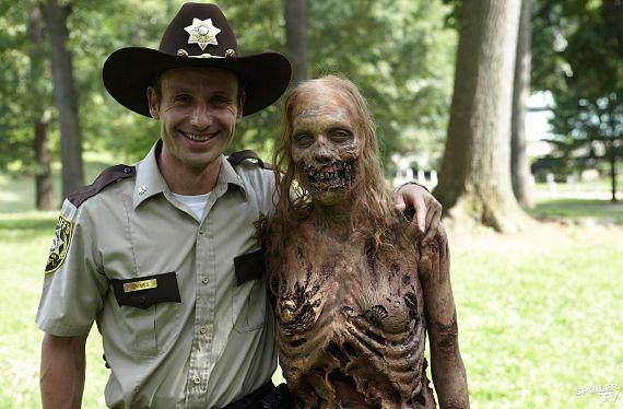 Rick posando amistosamente con un zombi