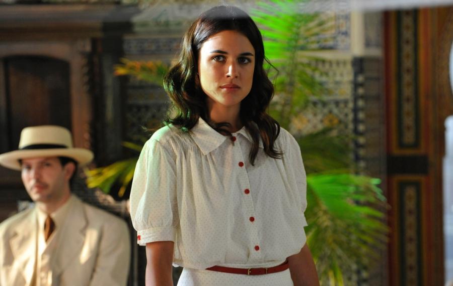 Adriana Ugarte en una escena de la serie de época, 'El tiempo entre costuras'.