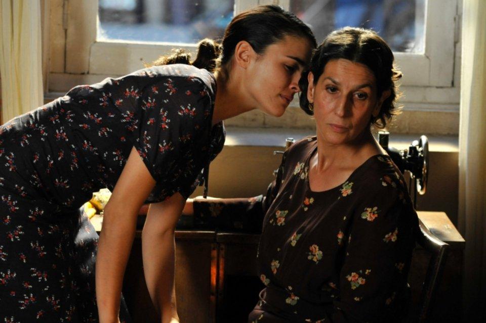 Adriana Ugarte en una escena de la serie de época 'El tiempo entre costuras'.